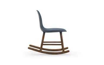 Normann Copenhagen Form Rocking Chair schommelstoel met walnoten onderstel