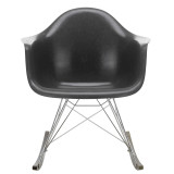 Vitra Eames Fiberglass RAR schommelstoel met donker onderstel