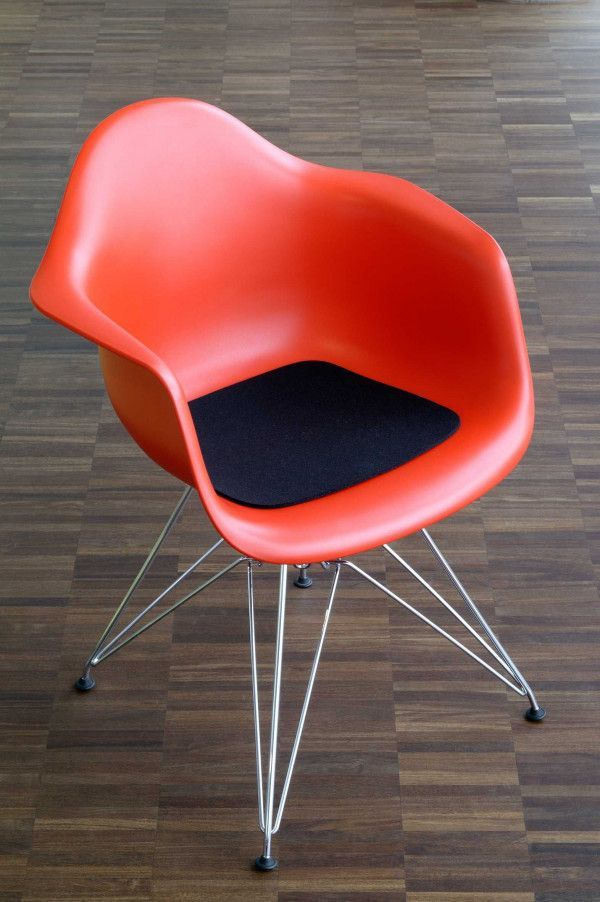 Hey-Sign Eames Plastic Armchair viltzitting