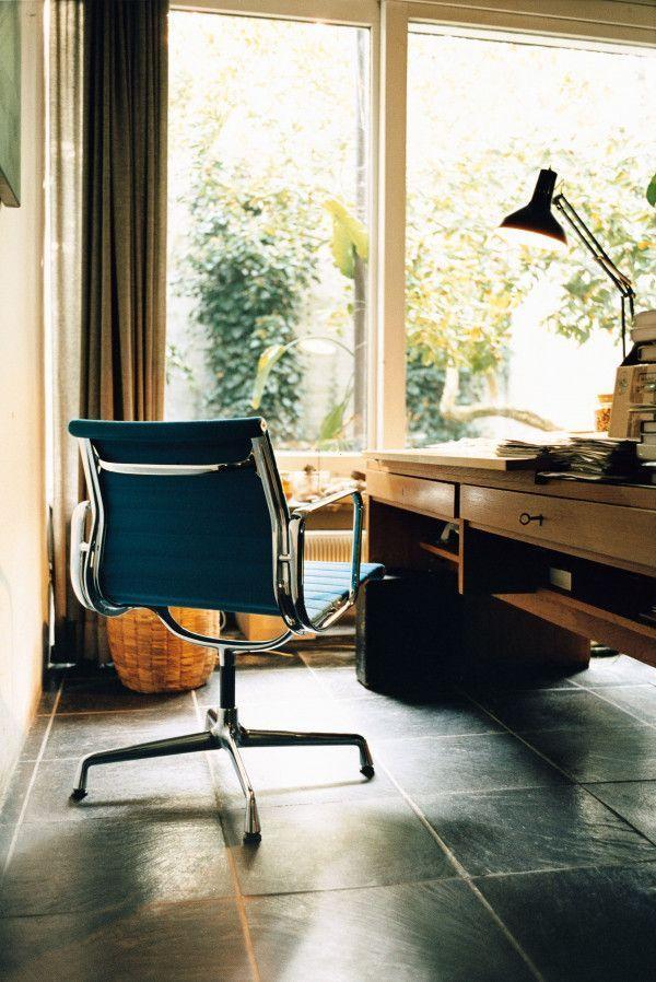 Vitra EA 107 stoel