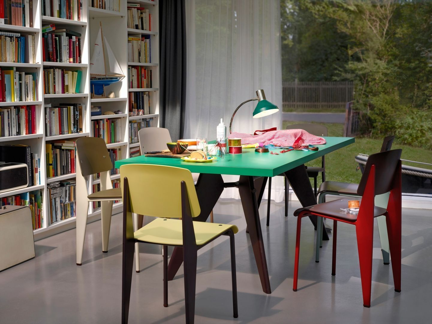 Eetkamer inspiratiefoto met Vitra Horeca stoelen