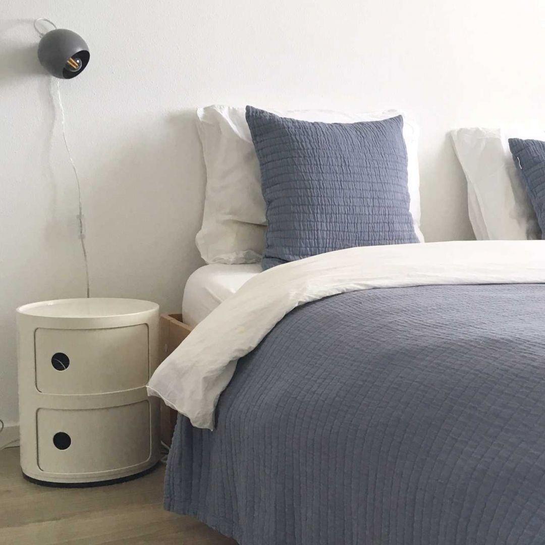 Slaapkamer inspiratiefoto met Kartell Nachtkastjes