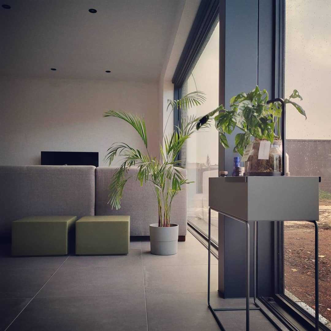 Woonkamer inspiratiefoto met Ferm Living Plantenbakken