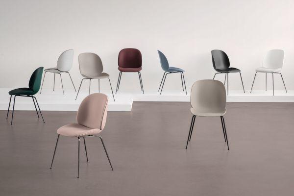 Gubi Beetle stoel met zwart/gepolijst aluminium swivel onderstel