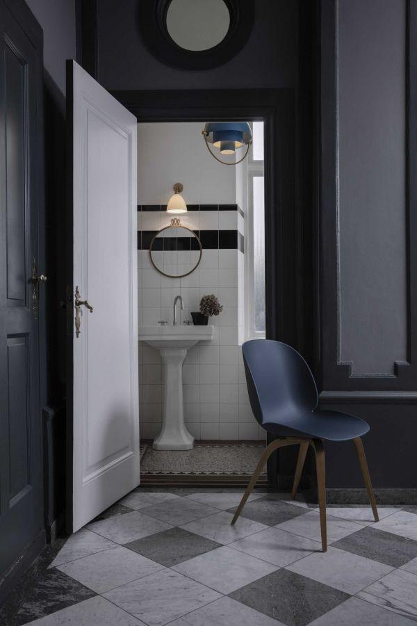 Gubi Beetle stoel met zwart beuken onderstel