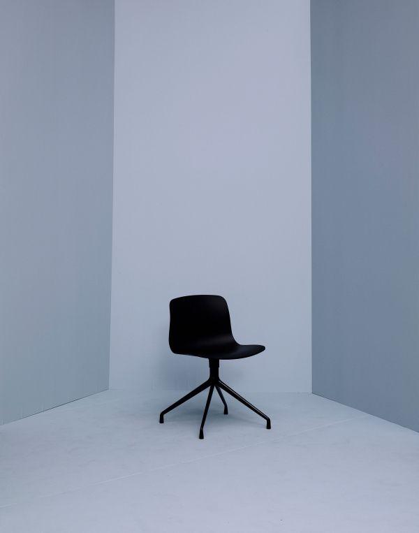Hay About a Chair AAC10 stoel met gepolijst aluminium onderstel