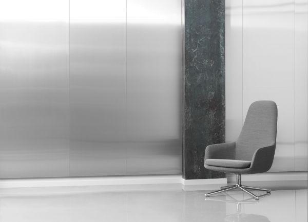 Normann Copenhagen Era Lounge Chair High Swivel fauteuil met zwart onderstel