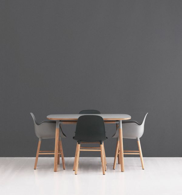 Normann Copenhagen Form Armchair stoel met eiken onderstel